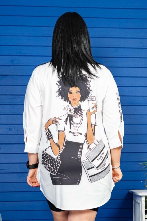 Широка бяла риза с момиче на гърба