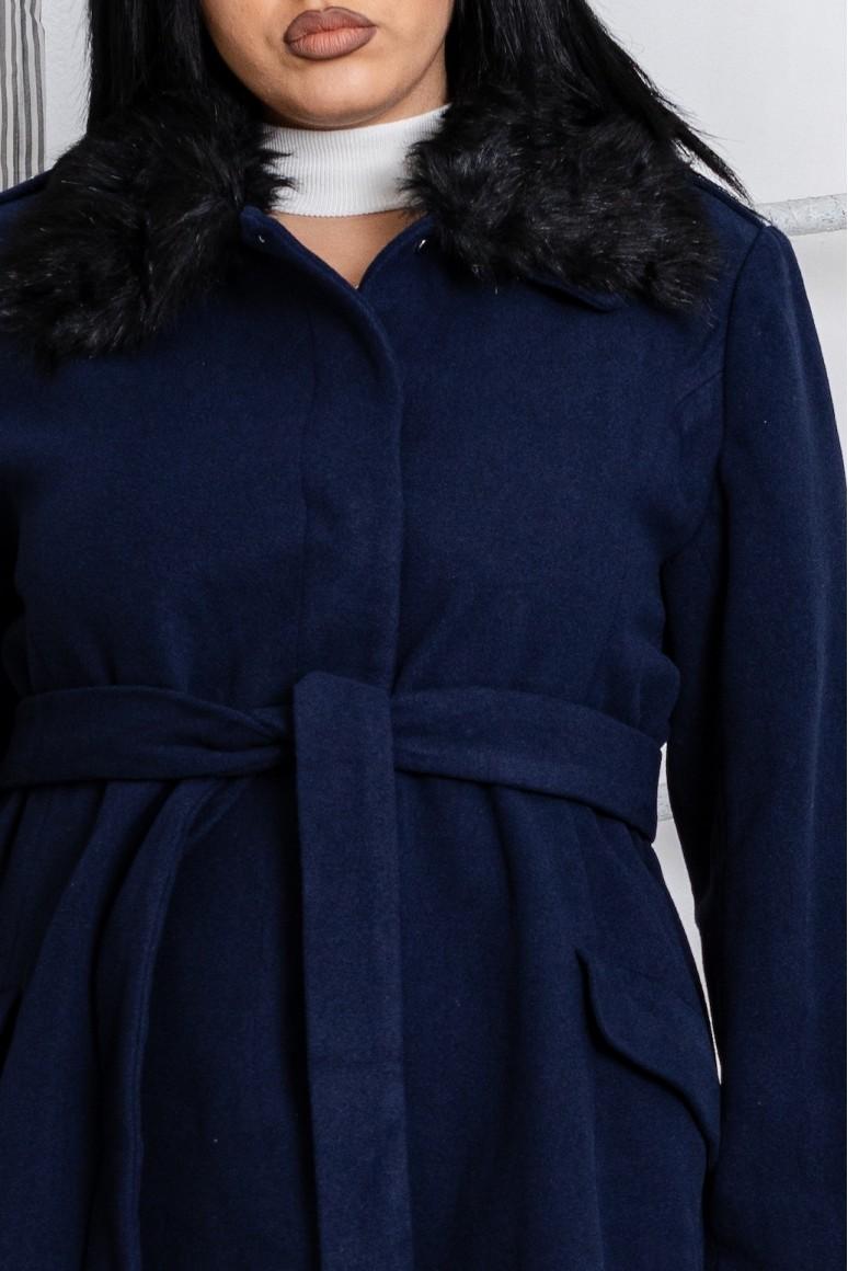 Палто с пухкава яка