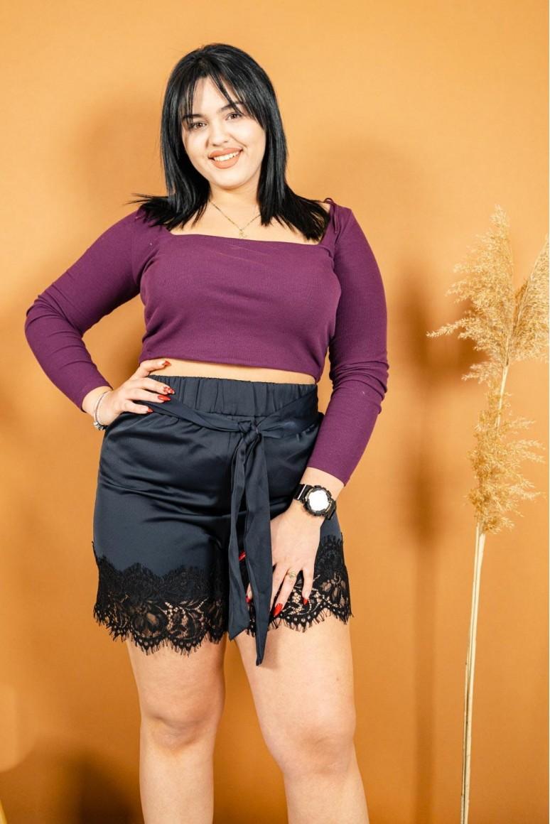 Къс дамски панталон с колан и дантела