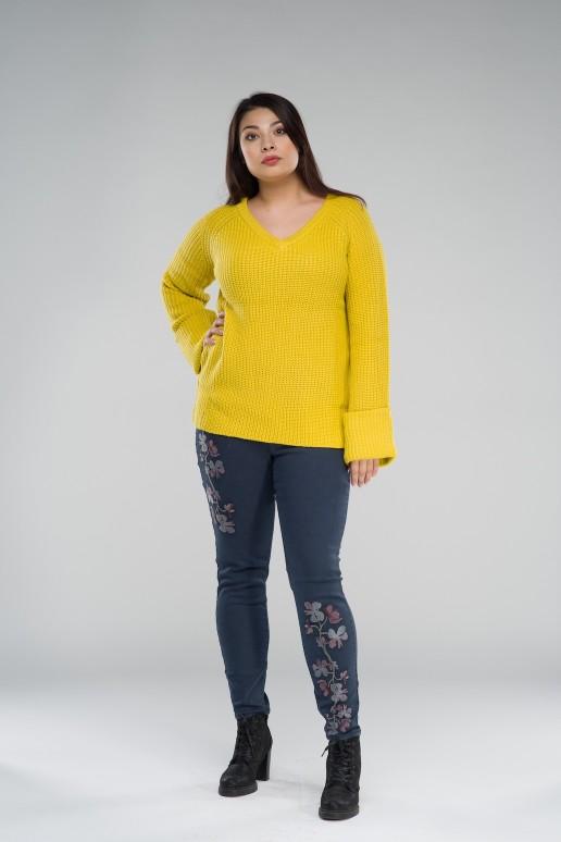 Пуловер горчица в големи размери с V-образно деколте