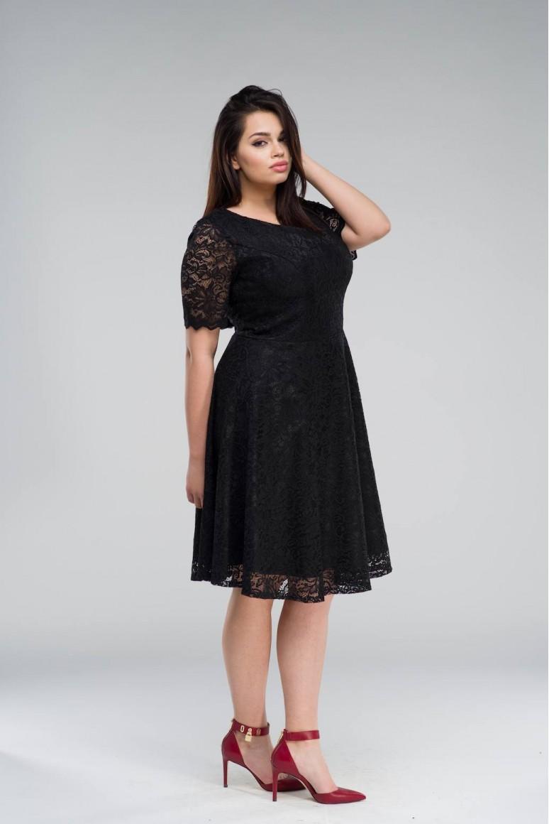 Разкроена черна макси рокля в дантела