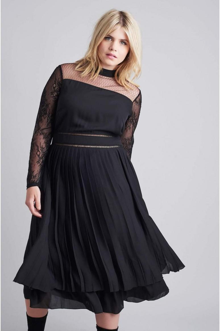 Черна макси рокля с плисе и дантелен ръкав