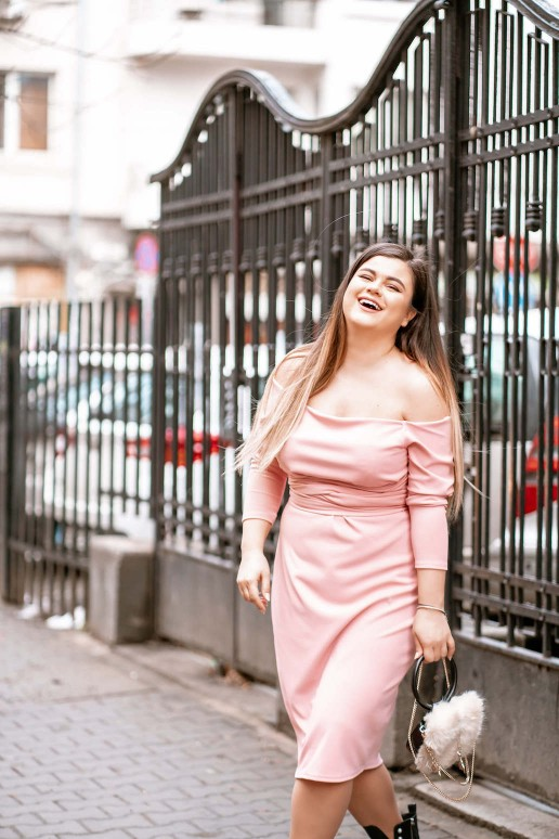 Розова рокля с паднали рамене